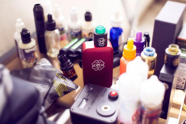e-cigaret og e-juice på et bord