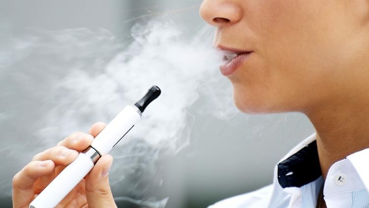 kvinde med e-gigaret